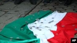 Cờ Hungary bị bỏ dưới đất trong 1 cuộc biểu tình tại Lãnh sự quán Hungary ở Yerevan, Armenia, 1/9/2012. Các đồng tiền trên lá cờ tượng trưng cho việc Hungary đã được trả tiền để thả binh sĩ Azerbaijan