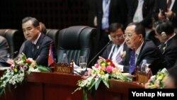 지난해 7월 라오스 비엔티안에서 열린 아세안지역안보포럼(ARF)에서 왕이 중국 외교부장(왼쪽)과 리용호 북한 외무상이 나란히 앉아 있다.