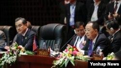 지난달 7월 라오스 비엔티안에서 열린 아세안지역안보포럼(ARF)에 참석한 왕이 중국 외교부장(왼쪽)과 리용호 북한 외무상이 나란히 앉아있다. (자료사진)