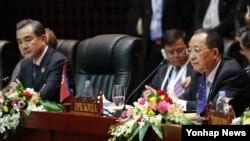 지난달 26일 라오스 비엔티안에서 열린 아세안지역안보포럼(ARF)에서 왕이 중국 외교부장(왼쪽)과 리용호 북한 외무상이 옆자리에 앉아 있다. (자료사진)