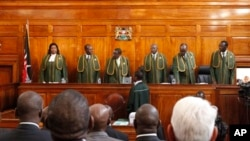 ບັນດາສານສູງສຸດຫົກຄົນ ນໍາພາໂດຍ ຫົວໜ້າສານ Willy Mutunga ຜູ້ທີ່ສາມ ຈາກຊ້າຍ ກໍາລັງຮັບຟັງຄໍາອຸທອນ ນາຍົກລັດຖະມົນຕີ ທ່ານ Raila Odinga.