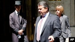 Germany's Economy and Energy Minister Sigmar Gabriel departs G7 meeting for Energy, Rome, May 6, 2014.