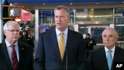 Walikota New York Mayor Bill de Blasio (tengah) dalam konferensi pers di Times Square, New York (18/11).