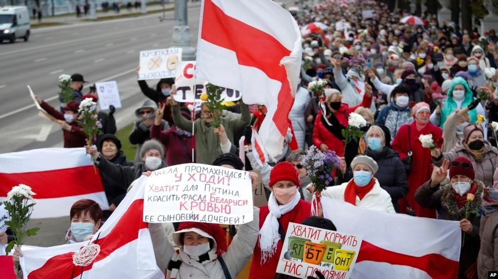 由多数为白俄罗斯老年妇女组成的游行队伍在白俄罗斯明斯克游行,要求卢卡申科下台。(2020年10月19日)
