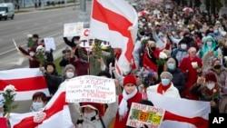 由多數為白俄羅斯老年婦女組成的遊行隊伍在白俄羅斯明斯克遊行,要求盧卡申科下台。 (2020年10月19日)