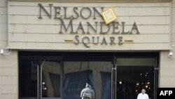Bức tượng Nelson Mandela tại quảng trường mang tên ông trước lối vào một trung tâm mua sắm tại Sandton, Johannesburg