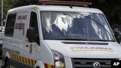 Motar da ta dauki tsohon shugaban Afrika ta Kudu Nelson Mandela bayan an sallame shi daga asitin Milpark dake birnin Johannesburg, Jan 28, 2011