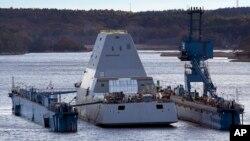 Стелс-эсминец ВМС США «Зумвалт» в сухом доке на реке Кеннебек,
