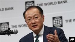 Chủ tịch Ngân hàng Thế giới Kim Yong Kim nói chuyện tại một cuộc họp báo
