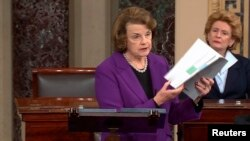 Ketua Komite Intelijen Senat AS Dianne Feinstein (kiri) membahas laporan intelijen baru mengenai taktik anti-terorisme CIA.
