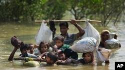 Keluarga Rohingya sampai ke perbatasan Bangladesh setelah menyeberangi kali idi sungai Naf yang berbatasan dengan Myanmar di wilayah Teknaf di Cox Bazar, 5 September 2017.