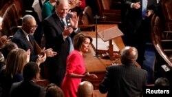Članovi Predstavničkog doma aplaudiraju predsjedavajućoj Nancy Pelosi