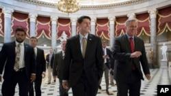 El presidente de la Cámara de Representantes Paul Ryan (centro), y el líder de la mayoría republicana Kevin McCarthy caminan hacia la sala donde la Cámara votó abrumadoramente a favor de un paquete de 15.300 millones de dólares en ayuda para desastres que fue enviado al presidente Donald Trump para su firma. AP, Septiembre 8, 2017.