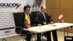 Christian Krüger Sarmiento, izquierda, director de Migración Colombia y Eduardo Sevilla, Superintendente Nacional de Migraciones de Perú emiten una resolución conjunta luego de dos días de reuniones sobre el fenómeno migratorio de venezolanos en sus territorios.