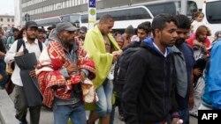 Мигранты на железнодородном вокзале Westbahnhof в Венe по прибытии из Венгрии на пути в Германию. 5 сентября 2015 г.