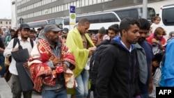 헝가리를 출발해 5일 오스트리아 빈 역 앞에 도착한 수많은 난민들이 길게 서 있다.