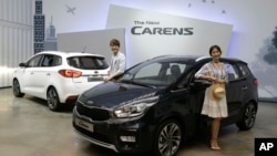 Model berpose disamping Kia New Carens di Seoul, Korea Selatan Selasa (26/7).