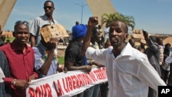 People from northern Mali living in the capital, Bamako, call for the liberation of the rebel-occupied north on June 27, 2012.