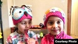 Anak-anak di Rumania memakai topi rajutan yang disumbangkan oleh Vera dan teman-teman (dok: Vera Fuad)