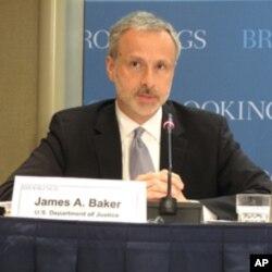 准副檢察長貝克強調美國法律對隱私的保護