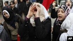 Jineke Sûrî ku li Tirkîyê dijî nerazbûna xwe ya dijî Beşar Esed nîşan dide.