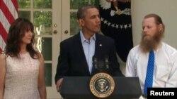 مادر و پدر خورد ضابط امریکایی که در کنار رئیس جمهور ایستاده اند