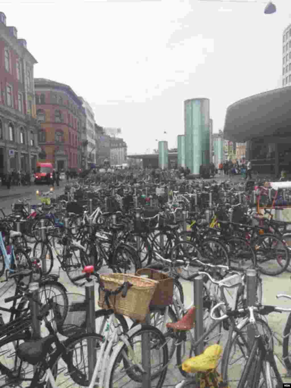 ڈنمارک کے شہر کوپن ہیگن میں چند ایک مقامات پر ایک ہی جگہ سٹینڈ پر ہزاروں سائیکلیں دیکھنے میں آتی ہیں