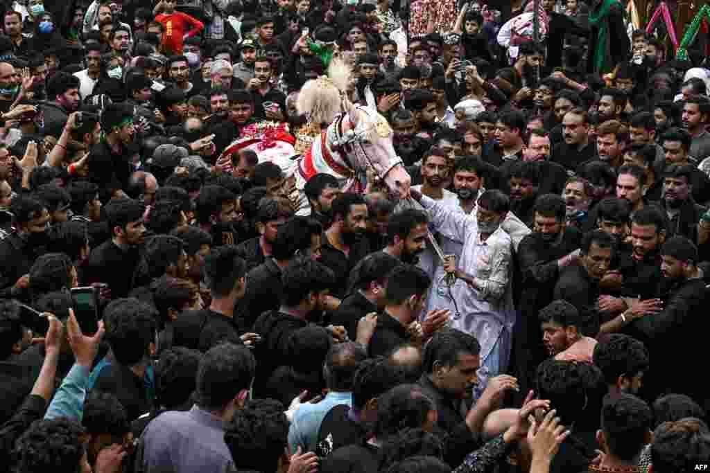 لاہور میں یوم عاشور کا مرکزی جلوس اندرون لاہور میں قائم نثار حویلی سے برآمد ہوا۔