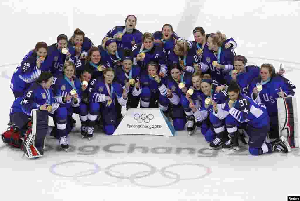 美国女子冰球队在韩国江陵举行的2018年冬奥会上赢得冠军后,手持金牌合影(2018年2月22日)