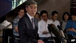 미국의 6자회담 수석대표인 성 김 미 국무부 대북정책특별대표가 지난달 21일 베이징에서 중국의 6자회담 수석대표인 우다웨이 중국 외교부 한반도사무특별대표와 회동 후 기자회견을 하고 있다. (자료사진)