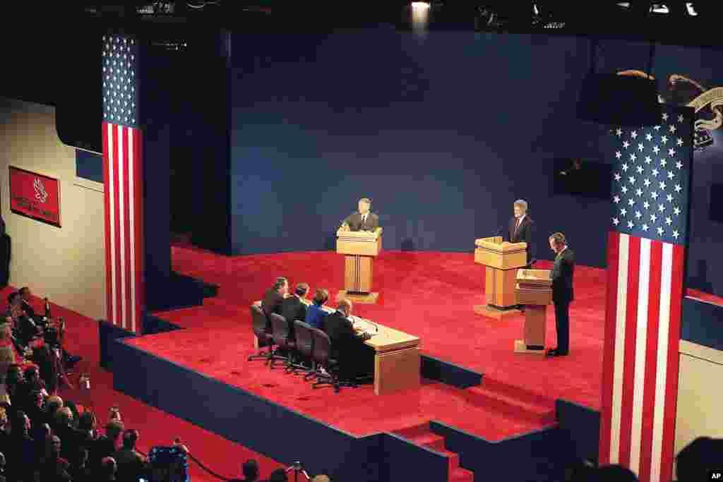 បេក្ខជនប្រធានាធិបតី(ពីឆ្វេង) លោក Ross Perot លោក Bill Clinton និងប្រធានាធិបតី George Bush ចូលរួមក្នុងការជជែកតស៊ូមតិប្រធានាធិបតីជុំទី១ក្នុងក្រុង St. Louis រដ្ឋ Missuori កាលពីថ្ងៃទី ១២ តុលា ១៩៩២។