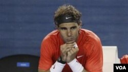 Petenis Spanyol Rafael Nadal terduduk sedih akibat dikalahkan rekan senegaranya David Ferrer di perempat final Australia Terbuka hari Kamis (26/1).