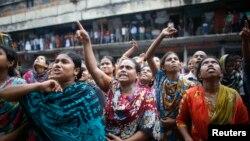 Pekerja pabrik konveksi meneriakkan protes saat bergabung dengan para pengunjuk rasa lainnya dalam aksi demo menuntut kenaikan upah di Dhaka, Bangladesh (23/9).