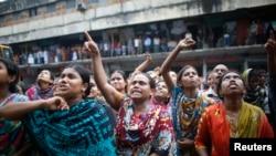 Công nhân may mặc xuống đường biểu tình ở thủ đô Dhaka, ngày 23/9/2013.