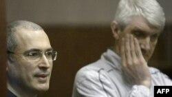 Ông Mikhail Khodordovsky (trái) và đối tác là ông Platon Lebedev đã bị kết án trong phiên tòa được đánh giá là một cuộc thử nghiệm tính dân chủ ở Nga
