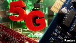 代表5G的3D打印物體放置在主板上。(2020年4月24日)