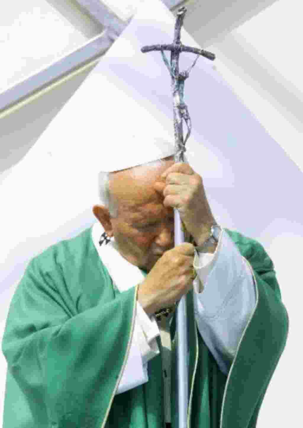 El Papa Juan Pablo II reza durante una misa en Polonia, su tierra natal (1999).