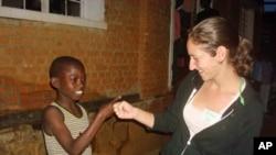 在卢旺达服务的索尼亚·摩尔汉格借助技术同美国亲友保持联系