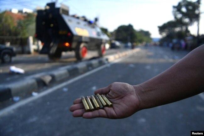 Seorang warga memperlihatkan selongsong peluru yang ditemukan setelah bentrokan antara polisi dan pengunjuk rasa pasca penetapan hasil pemilu, di Jakarta, 22 Mei 2019. (Foto: Sigid Kurniawan/Antara Foto via Reuters)