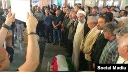 تصویری از مراسم پیش از خاکسپاری عباس امیرانتظام