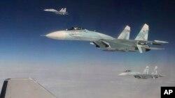Tiga pesawat SU-27 Rusia saat melakukan latihan operasi anti-pembajakan di Selat Bering dekat kawasan Alaska, AS (foto: dok).