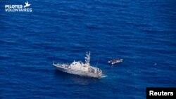 Kapal penjaga pantai Libya mendekati kapal migran di laut, dekat Libya, 5 Juni 2019. (Foto: Jose Benavente/PILOTES VOLONTAIRES/via REUTERS)