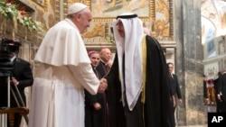 """El papa saluda a un diplomático árabe luego de pedir el fin del """"terrorismo fundamentalista"""" y protección a las víctimas."""