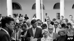 """Prezident Con Kennedi """"Sülh Korpusu""""nun könüllüləri ilə, 1961-ci il"""