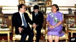 PM China Li Keqiang (kiri) disambut oleh Putri Sirindhorn saat mengunjungi Istana Chirtralada di Bangkok, Thailand (12/10).