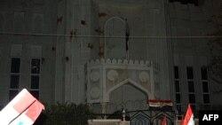 Şam'da Katar büyükelçiliği önünde toplanan Esat yanlısı göstericiler