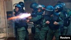 Pasukan anti huru-hara Venezuela menembakkan senjata ke arah para demonstran anti pemerintah di Caracas, 26 Juli lalu (foto: dok).