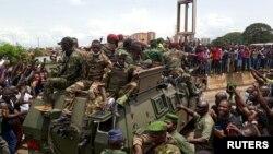 기니 쿠데타 병력이 6일 수도 코나크리 시내에서 장갑차로 이동하고 있다.