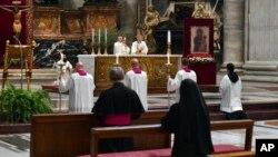 Папа Франциск служит мессу в Великий четверг. 9 апреля 2020