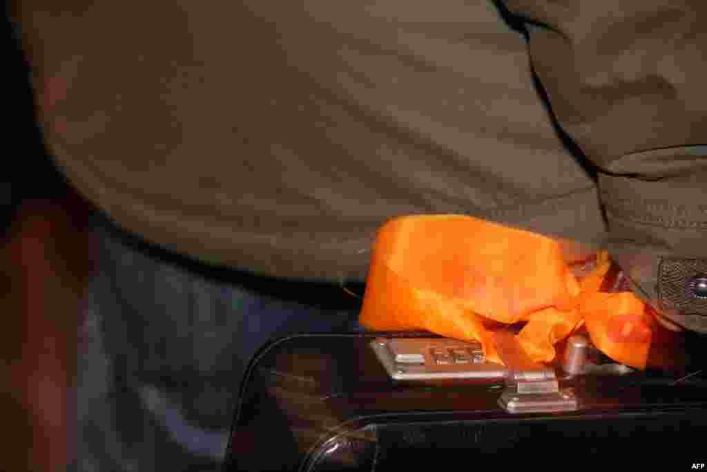 Оранжевый бант в совершенно неожиданном месте